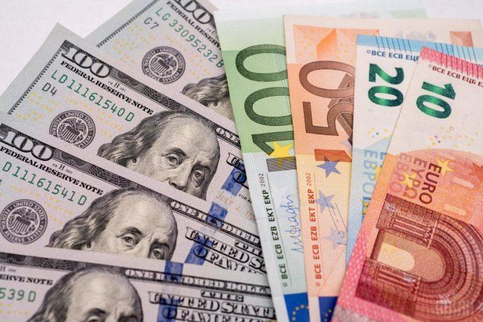 Стоимость евро катастрофически упала, рынок замер