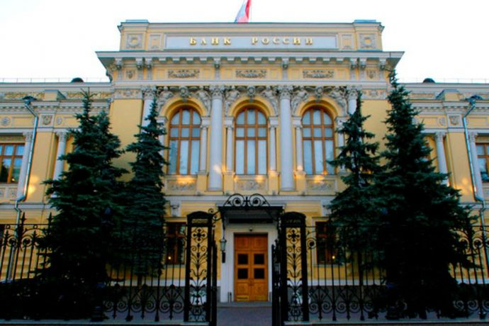 Подняв ключевую ставку, Центробанк отказался от идеи переводить валютные вклады в рубли